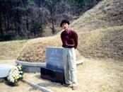 양평의 김현 선생 묘소에서 (1994).